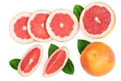葡萄柚和切片与在白色背景隔绝的叶子 顶视图 平的位置样式 库存图片