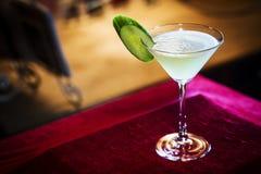 葡萄柚和黄瓜马蒂尼鸡尾酒鸡尾酒在酒吧喝 库存照片