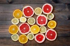 葡萄柚在黑暗的背景的柠檬桔子 库存照片