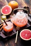 葡萄柚清凉茶用香料和蜂蜜 图库摄影
