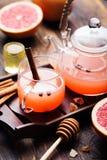 葡萄柚清凉茶用香料和蜂蜜 免版税库存图片
