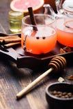 葡萄柚清凉茶用香料和蜂蜜 库存图片