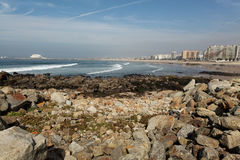 葡萄牙、城市地平线和海滩大西洋 图库摄影