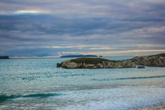 葡萄牙人微明的Berlenga海岛,观看从Baleal海滩 免版税库存照片