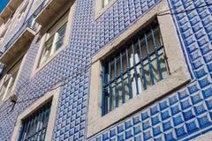 葡萄牙传统著名瓦片外部细节的建筑学 免版税图库摄影
