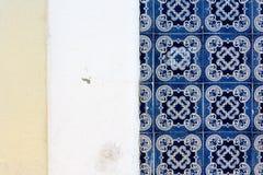 葡萄牙传统著名瓦片外部细节的建筑学 库存照片