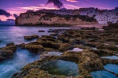 葡萄牙海岸的Carvoeiro小镇 免版税库存照片