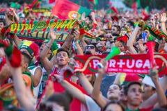 葡萄牙爱好者在足球比赛葡萄牙-欧洲冠军的法国决赛的录影翻译时2016年 免版税库存图片