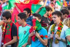 葡萄牙爱好者在足球比赛葡萄牙-欧洲冠军的法国决赛的录影翻译时2016年 免版税库存照片