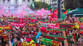 葡萄牙爱好者在足球比赛葡萄牙-欧洲冠军的法国决赛的翻译时2016年 库存图片