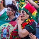 葡萄牙爱好者在足球比赛葡萄牙-欧洲冠军的法国决赛的翻译时2016年 库存照片