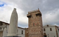 葡萄牙的圣诞老人女王/王后伊莎贝尔和城堡耸立 免版税库存图片
