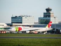 葡萄牙航空公司乘出租车在布拉格机场的空中客车A321 免版税库存照片