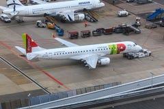 葡萄牙航空公司巴西航空工业公司190飞机推迟起飞 免版税库存照片