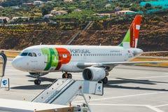 葡萄牙航空公司空中客车A319-111在丰沙尔基斯坦奴・朗拿度机场,上的乘客 这airpo 库存图片