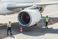 葡萄牙航空公司空中客车A319-111在丰沙尔基斯坦奴・朗拿度机场,上的乘客 这airpo 图库摄影