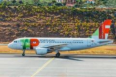 葡萄牙航空公司空中客车A319-111在丰沙尔基斯坦奴・朗拿度机场,上的乘客 这airpo 免版税图库摄影