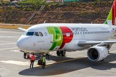 葡萄牙航空公司空中客车A319-111在丰沙尔基斯坦奴・朗拿度机场,上的乘客 免版税库存照片