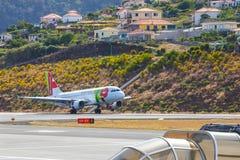 葡萄牙航空公司空中客车A319-111在丰沙尔基斯坦奴・朗拿度机场登陆 这个机场是一个Th 免版税库存照片