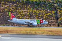 葡萄牙航空公司空中客车A319-111在丰沙尔基斯坦奴・朗拿度机场登陆 这个机场是一个Th 库存照片