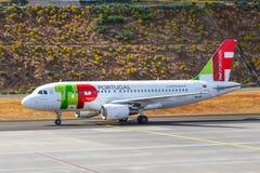 葡萄牙航空公司空中客车A319-111在丰沙尔基斯坦奴・朗拿度机场登陆 免版税库存图片