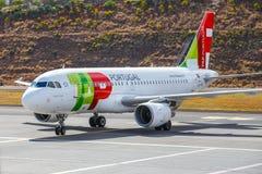 葡萄牙航空公司空中客车A319-111在丰沙尔基斯坦奴・朗拿度机场登陆 免版税库存照片