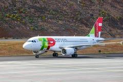 葡萄牙航空公司空中客车A319-111在丰沙尔基斯坦奴・朗拿度机场登陆 库存图片