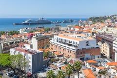 葡萄牙语丰沙尔鸟瞰图有一艘游轮的在港口 图库摄影