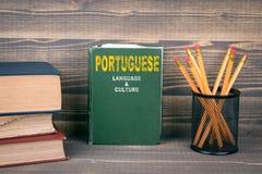葡萄牙语言和文化概念 在木背景的书 库存照片