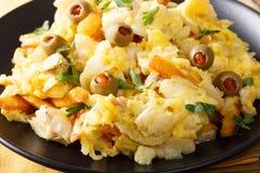 葡萄牙食物:油煎的切细的鳕鱼用炸薯条的葱 免版税库存图片