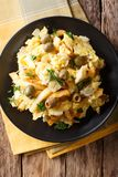 葡萄牙食物:油煎的切细的鳕鱼用炸薯条的葱 库存照片