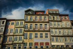 葡萄牙,波尔图- 2017年11月04日 一个老美丽的大厦 传统风格,波尔图五颜六色的建筑学  免版税库存图片