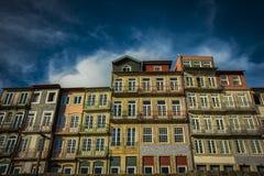 葡萄牙,波尔图- 2017年11月04日 一个老美丽的大厦 传统风格,波尔图五颜六色的建筑学  免版税库存照片
