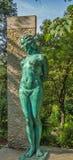 葡萄牙,辛特拉- 2016年10月18日:妇女的铜雕塑 库存照片