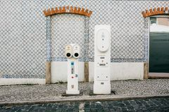 葡萄牙,里斯本, 2018年7月01日:加油的电动车的特别地方 环境友好的燃料 免版税库存照片
