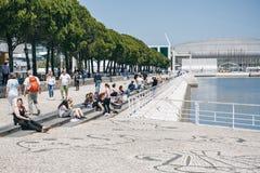 葡萄牙,里斯本2018年4月30日:与公开改善的堤防 步行街道和人民有休息岸上 图库摄影