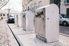 葡萄牙,里斯本2018年4月29日:在街道上的一个现代聪明的垃圾箱 废物的汇集在随后的欧洲 库存照片