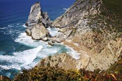 葡萄牙:沐浴在阳光的Ursa海滩 免版税库存图片