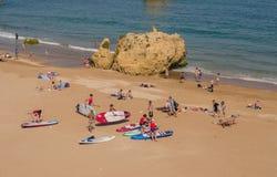 葡萄牙- 2017年4月:人准备对在windSUP的游览在2017年4月17日,位于拉各斯,葡萄牙 免版税库存图片