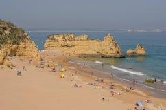 葡萄牙- 2017年4月:普腊亚阿那夫人的人们在2017年4月17日靠岸,位于拉各斯,葡萄牙 一最好 免版税库存照片