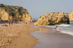 葡萄牙- 2017年4月:普腊亚阿那夫人的人们在2017年4月17日靠岸,位于拉各斯,葡萄牙 一最好 库存图片
