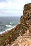 葡萄牙 Cabo da Roca 在蓝色大西洋背景的岩石 垂直的视图 免版税库存照片