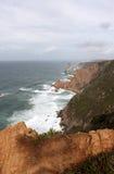 葡萄牙 Cabo da Roca 在蓝色大西洋背景,垂直的看法的岩石 库存图片