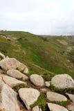 葡萄牙 Cabo da Roca 在绿草背景,垂直的看法的灰色石头 免版税库存照片
