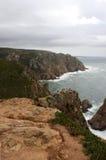 葡萄牙 Cabo da Roca 岩石和大西洋天空的与云彩背景,垂直的看法 库存图片