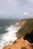 葡萄牙 Cabo da Roca 岩石和波浪在天空的海洋与云彩背景,垂直的看法 库存照片