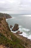 葡萄牙 Cabo da Roca 岩石临近蓝天背景的海洋 垂直的视图 免版税库存照片