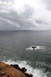 葡萄牙 Cabo da Roca 海洋和岩石在灰色天空背景 垂直的视图 免版税图库摄影