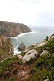 葡萄牙 Cabo da Roca 石头和岩石在大西洋,垂直的看法附近 免版税图库摄影