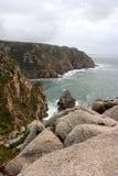 葡萄牙 Cabo da Roca 石头和岩石临近蓝天背景的海洋 垂直的视图 免版税库存图片